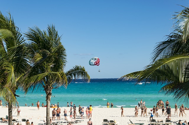 Holiday destination in Mexico with a lot of people on the beach.